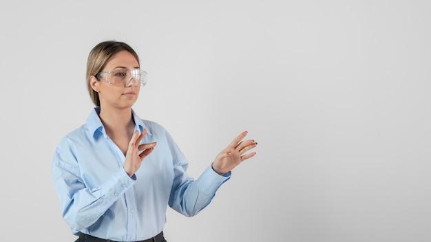 Middelgrote geschoten vrouw die een veiligheidsbril draagt