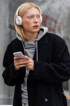 Middelgrote geschoten vrouw die hoofdtelefoons draagt