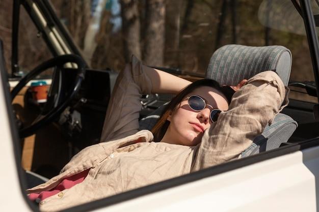 Middelgrote geschoten vrouw die in busje slaapt