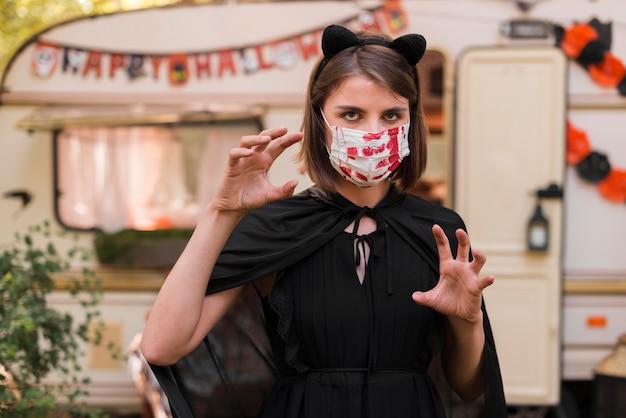 Middelgrote geschoten vrouw die masker draagt