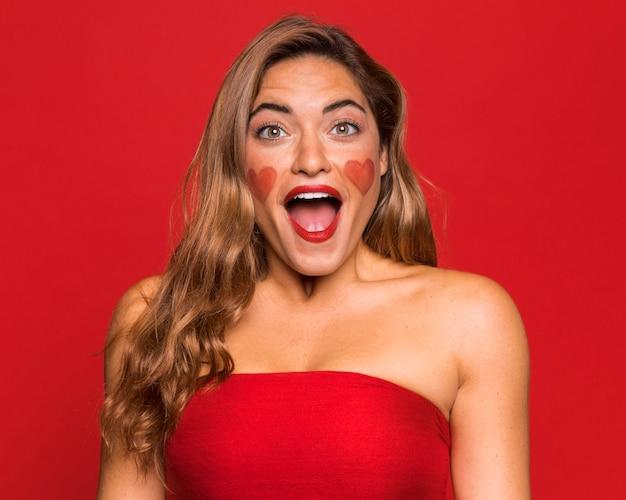 Middelgrote geschoten vrouw die rode lippenstift draagt