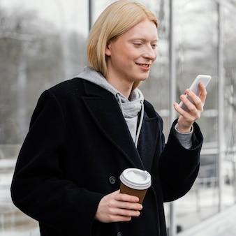 Middelgrote geschoten vrouw die telefoon controleert