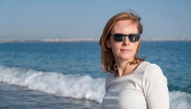 Middelgrote geschoten vrouw die zonnebril draagt