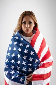 Middelgrote geschoten vrouw met amerikaanse vlag