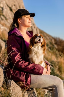 Middelgrote geschoten vrouw met hond