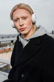 Middelgrote geschoten vrouw met hoofdtelefoons