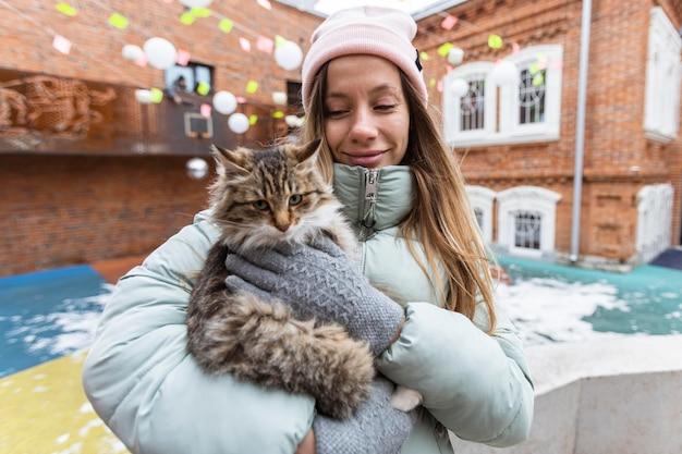 Middelgrote geschoten vrouw met kat