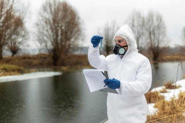 Middelgrote geschoten wetenschapper die gasmasker draagt