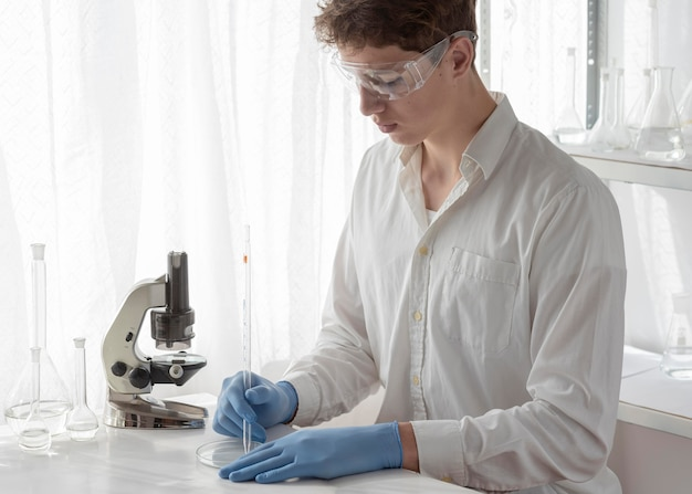 Middelgrote geschoten wetenschapper die in laboratorium werkt Premium Foto
