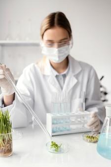 Middelgrote geschoten wetenschapper die masker draagt