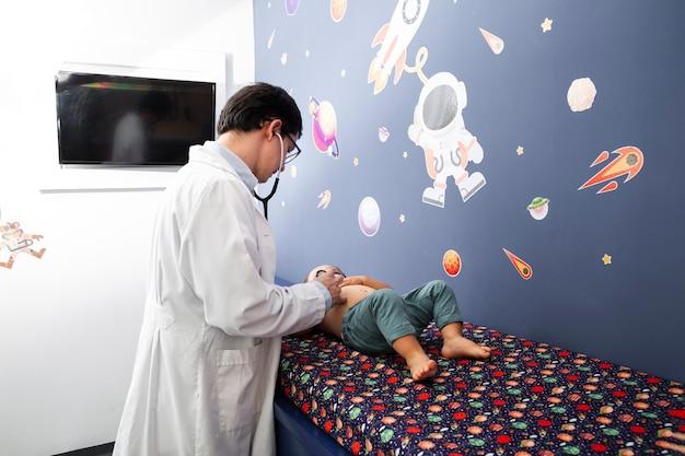 Middelgrote geschotene arts die babyjongen controleert