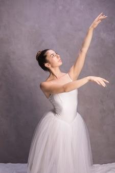 Middelgrote geschotene ballerina die weg eruit ziet