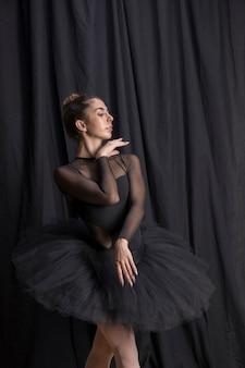 Middelgrote geschotene ballerina met hand onder kin