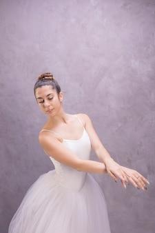 Middelgrote geschotene ballerina neer kijkend