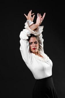 Middelgrote geschotene flamenca die met omhoog handen presteert