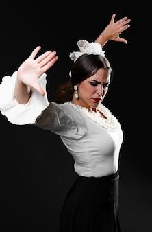 Middelgrote geschotene flamenca die met omhoog wapens presteert
