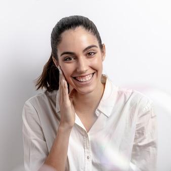 Middelgrote geschotene smileyvrouw met witte achtergrond