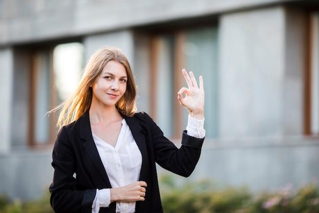 Middelgrote geschotene vrouw die en goedkeuring glimlacht toont