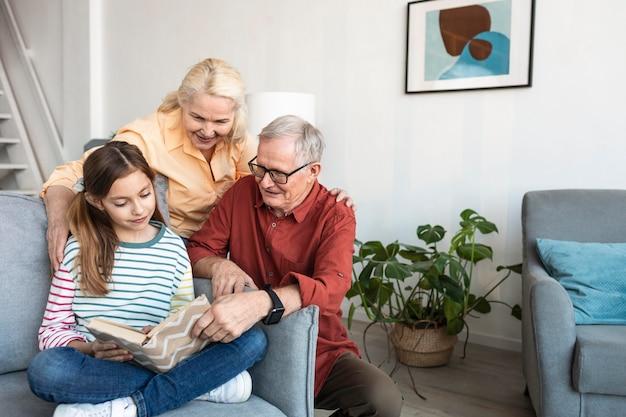 Middelgrote grootouders en kind