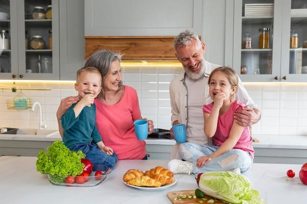 Middelgrote grootouders en kleinkinderen