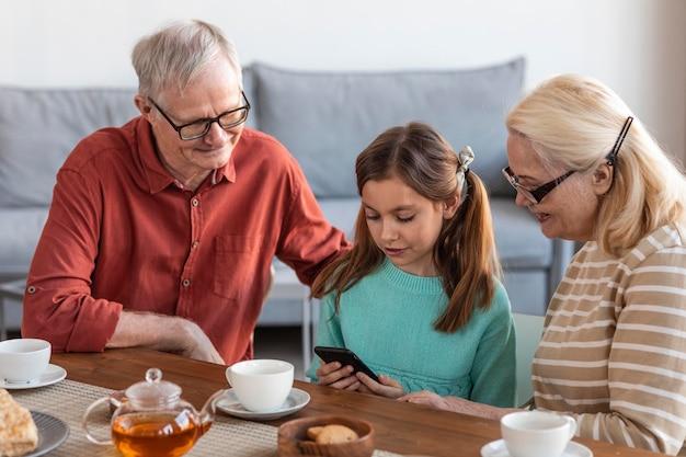 Middelgrote grootouders en meisje