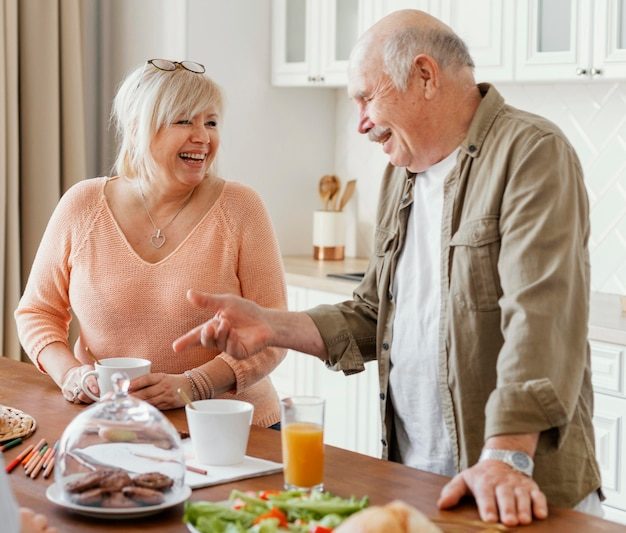 Middelgrote grootouders in de keuken