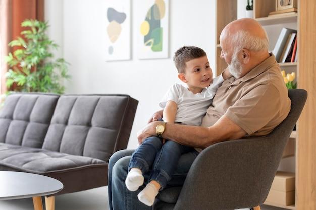Middelgrote grootvader en kind op stoel