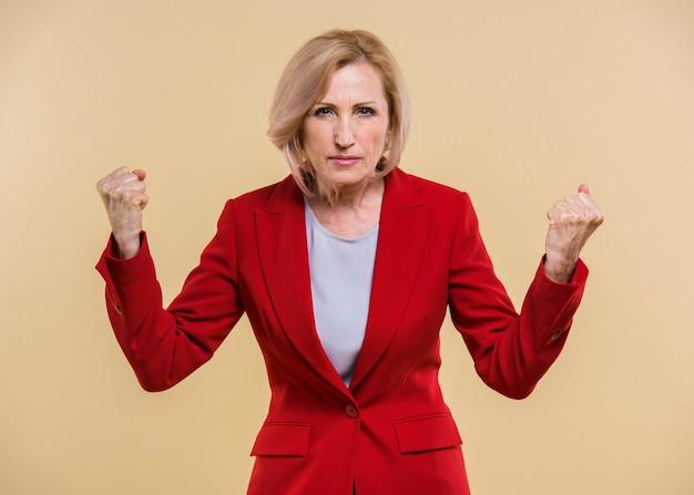 Middelgrote hogere vrouw die boos kijkt