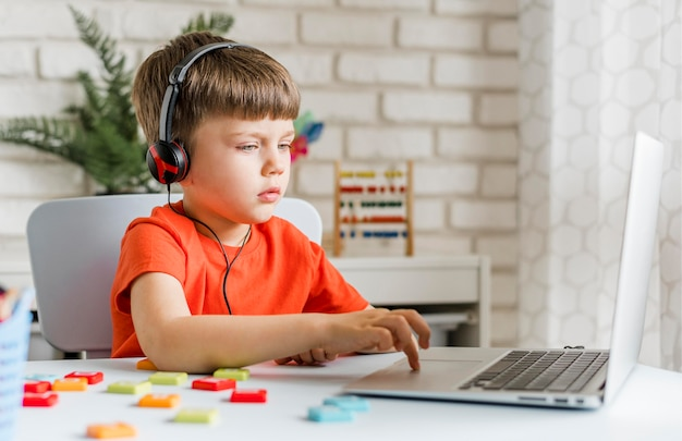Middelgrote jongen met koptelefoon