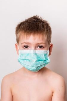 Middelgrote jongen met masker