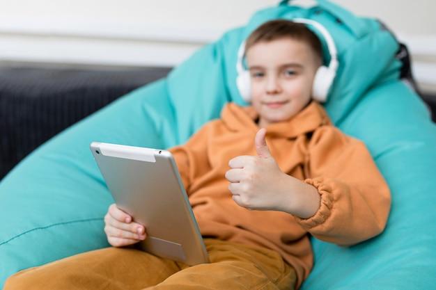 Middelgrote jongen met tablet