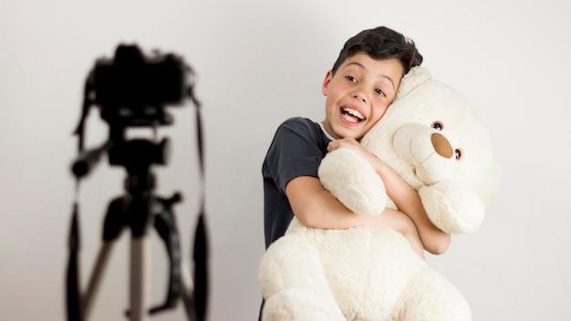 Middelgrote jongen met teddybeer