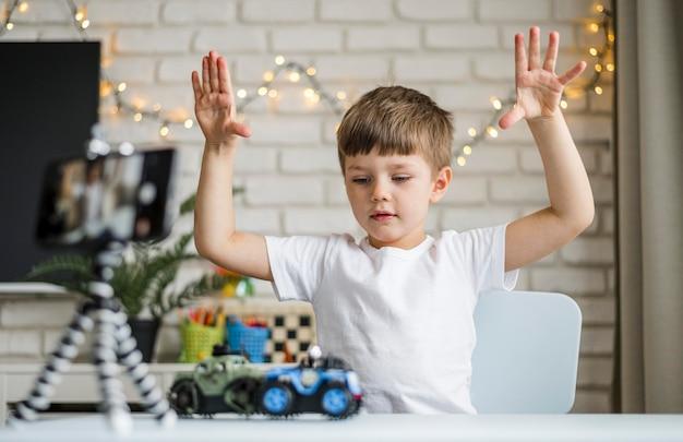 Middelgrote jongen opname met auto's