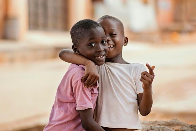Middelgrote jongens knuffelen