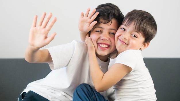 Middelgrote jongens omhelzen elkaar