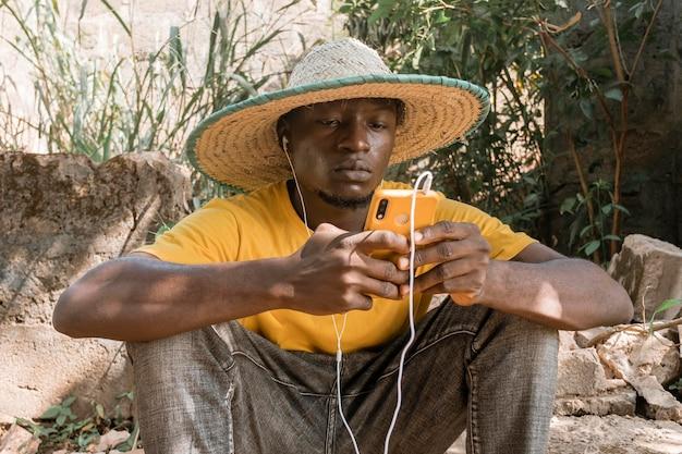 Middelgrote man die naar muziek luistert