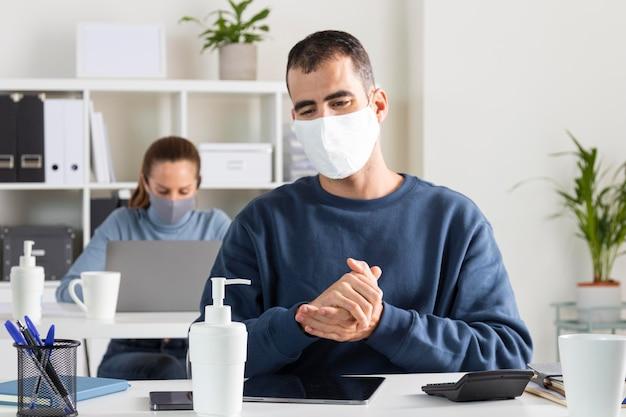 Middelgrote man die ontsmettingsmiddel gebruikt