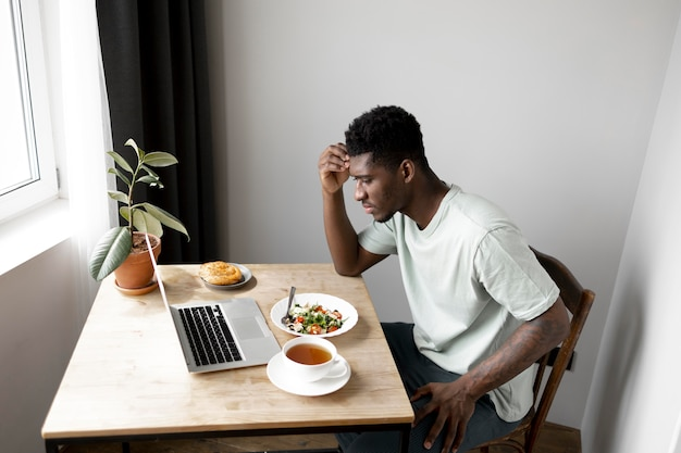 Middelgrote man met eten