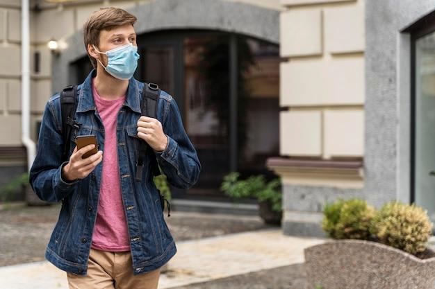 Middelgrote man met gezichtsmasker wegkijken