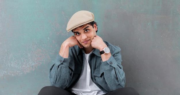 Middelgrote man met hoed