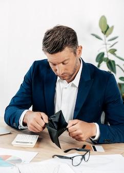 Middelgrote man met lege portemonnee
