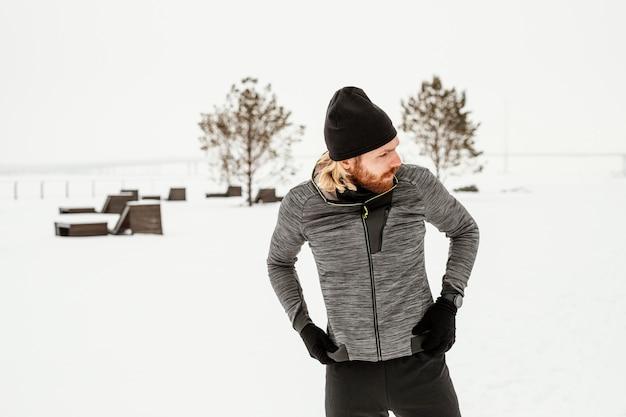 Middelgrote man met sportieve uitrusting