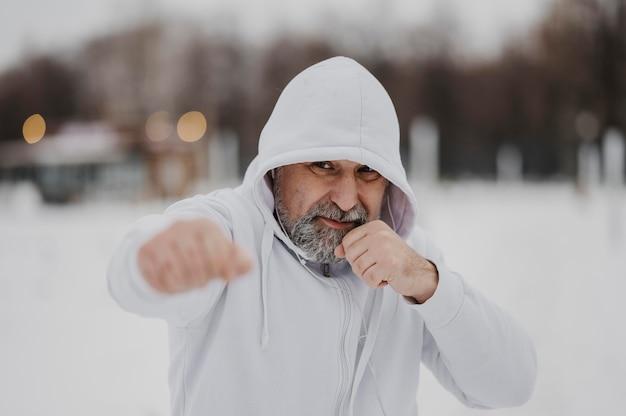 Middelgrote man traint buiten