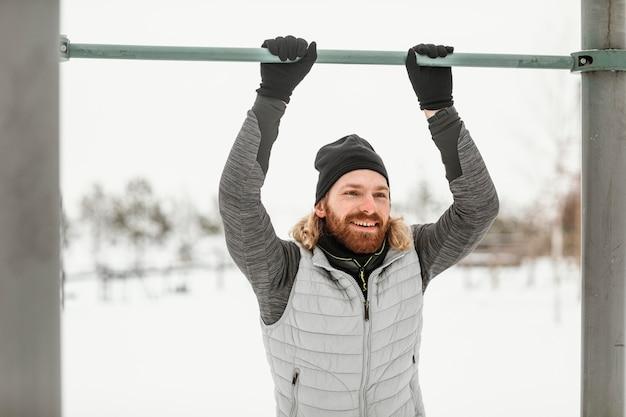 Middelgrote man traint met tralies