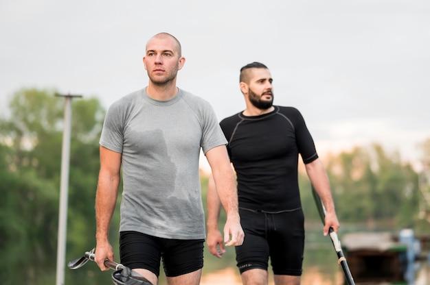 Middelgrote mannen die samen tijd doorbrengen