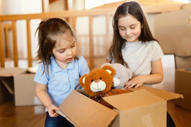 Middelgrote meisjes die met speelgoed spelen