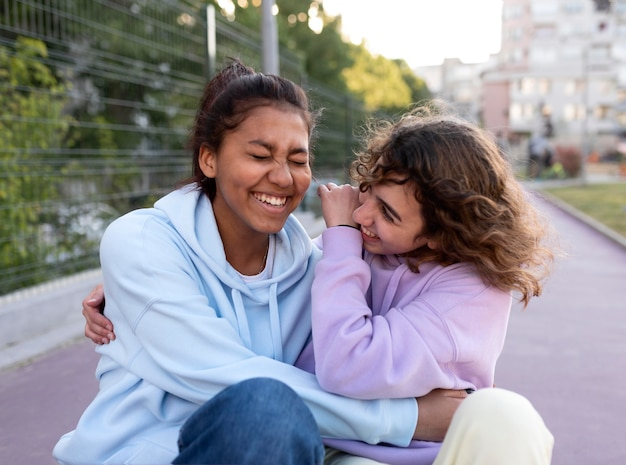 Middelgrote meisjes lachen