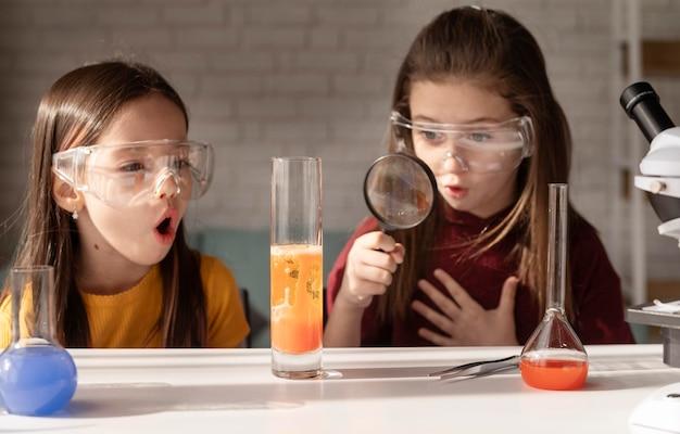 Middelgrote meisjes met een veiligheidsbril