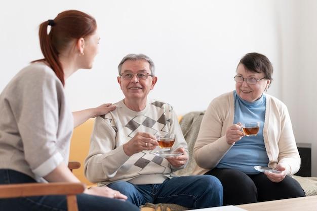 Middelgrote mensen met theekopjes