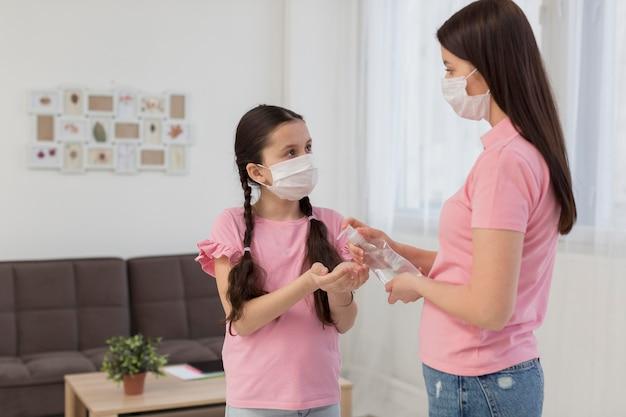 Middelgrote moeder met ontsmettingsmiddel